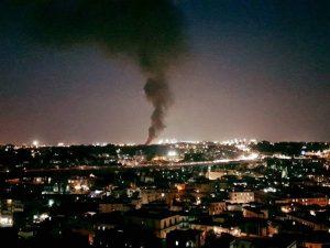 Nuovo incendio a Napoli: fiamme e alta colonna di fumo vicino all'aeroporto di Capodichino