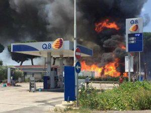 Nuovo incendio a Giugliano, le fiamme lambiscono un distributore di benzina