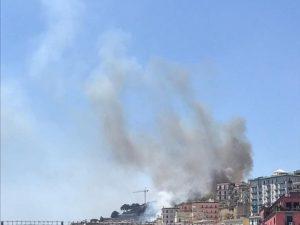 Emergenza incendi, a fuoco la collina di Posillipo: tre persone salvate dalle fiamme