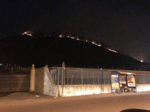 In fiamme le montagne tra Cava e Nocera: case evacuate e cittadini intossicati