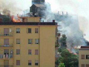 Le fiamme vicino al Forte La Carnale a Salerno (Foto di Giuseppe Criscito via Facebook)