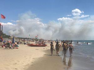 Incendio a Torre di Paestum: i bagnanti abbandonano la spiaggia
