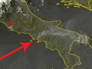 Incendio sul Vesuvio, il fumo del rogo si vede dal satellite. Arriva fino in Salento