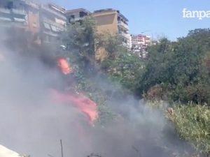 Napoli, brucia anche via Caravaggio: le fiamme lambiscono le abitazioni