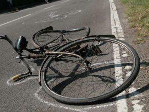 Investita da un'auto mentre è in bicicletta: 55enne in gravi condizioni
