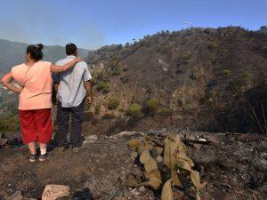 Incendio sul Vesuvio, arriva l'Esercito. Vulcano scomparso sotto una coltre di fumo