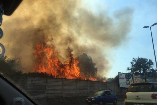 L'incendio a Fuorigrotta (Fonte: Facebook/Ex Opg Occupato)