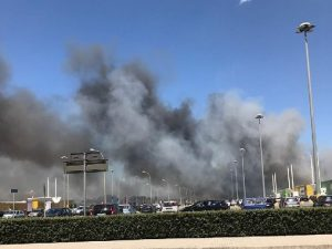 Rogo tossico all'Auchan di Giugliano: clienti in fuga