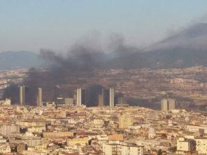 Incendio al Centro Direzionale: la nube di fumo invade anche piazza Garibaldi
