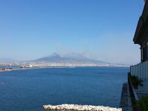 Il Vesuvio ancora devastato dai roghi. E intanto i canadair francesi vanno via