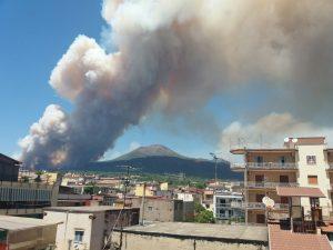 L'incendio sul Vesuvio non è un caso. Fiamme appiccate dai criminali, trovati 8 inneschi