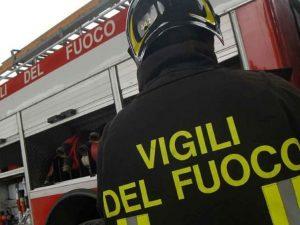 Il racket a Napoli fa paura: una bomba devasta un negozio di abbigliamento