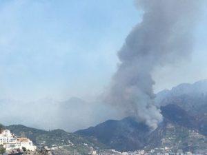Continua l'incendio sul Monte Faito, evacuate ville ed hotel. Un ustionato