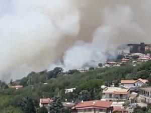 Incendio sulla collina dei Camaldoli: paura per le case e per fabbrica di fuochi d'artificio
