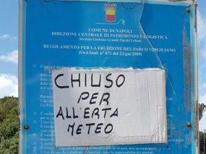 """""""Chiuso per all'erta meteo"""": il cartello sgrammaticato al parco Virgiliano di Napoli"""