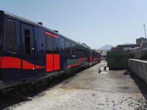 Il primo nuovo treno della Circumvesuviana subito imbrattato dai vandali (e poi ripulito)