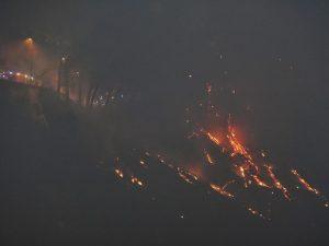 Vasto incendio nella notte alla Solfatara di Pozzuoli: turisti in fuga