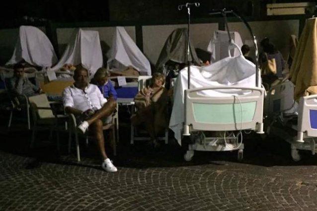 I pazienti dell'ospedale Rizzoli accampati in strada dopo il terremoto di Ischia