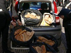 Venti chili di pane nascosti nel portabagagli dell'auto: veniva venduto per strada