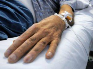 Panino e patatine fritte alla malata di cancro: la foto-denuncia su Facebook