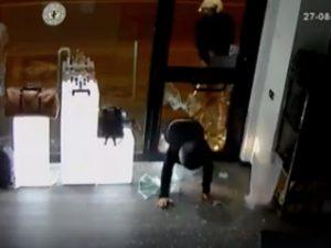 Vomero, furto con spaccata in 60 secondi in un negozio di orologi: il video su Facebook