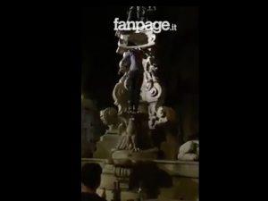 Ancora degrado a Monteoliveto, turista si arrampica sulla fontana in piena notte