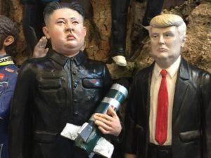 Sul presepe napoletano spuntano Trump e Kim Jong-Un (con l'atomica)