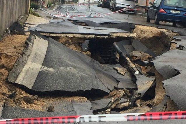 """La strada sembra essere esplosa, ma è """"solo"""" il maltempo: rischiare la vita per un temporale"""