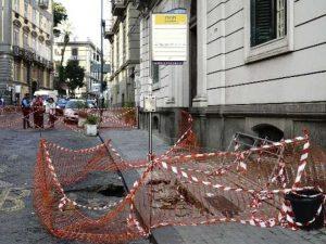 Si apre una voragine in via Crispi: strada chiusa e traffico in tilt