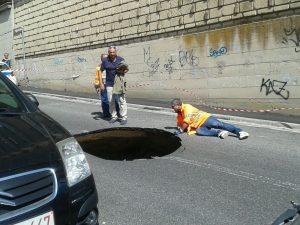 Si apre un'enorme voragine in via San Giacomo dei Capri: strada chiusa al traffico