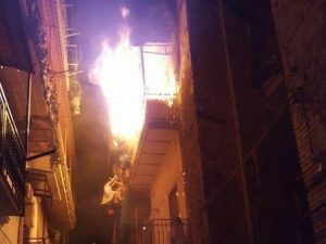 Napoli, incendio in casa: per sfuggire alle fiamme donna muore lanciandosi nel vuoto