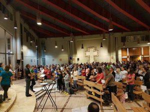 Anche a Napoli si canta e si balla inneggiando a Gesù. Merito di un prete ex deejay
