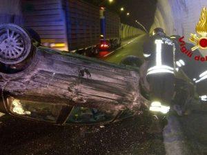 Incidente in autostrada, auto si ribalta sotto una galleria: ferito il conducente