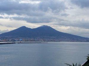 Arriva la prima neve in Campania: lo spettacolo del Vesuvio imbiancato
