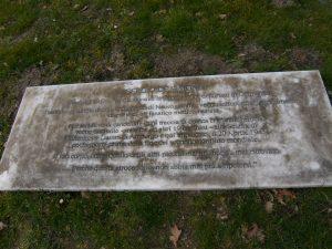 La lapide che ricorda il sacrificio del piccolo Sergio De Simone nel Cimitero di guerra italiano di Amburgo
