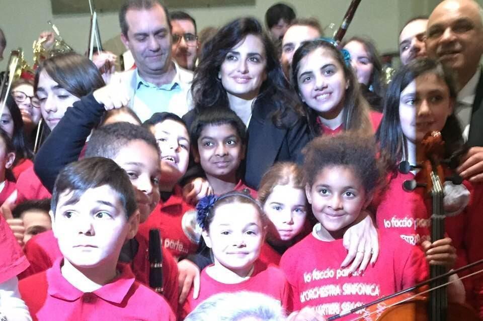 Penelope Cruz Una Giornata A Napoli Con L Orchestra Dei Quartieri Spagnoli