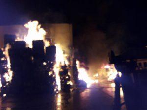 Inferno di fuoco a Gricignano: brucia impresa trattamento rifiuti, pompieri a lavoro da 16 ore