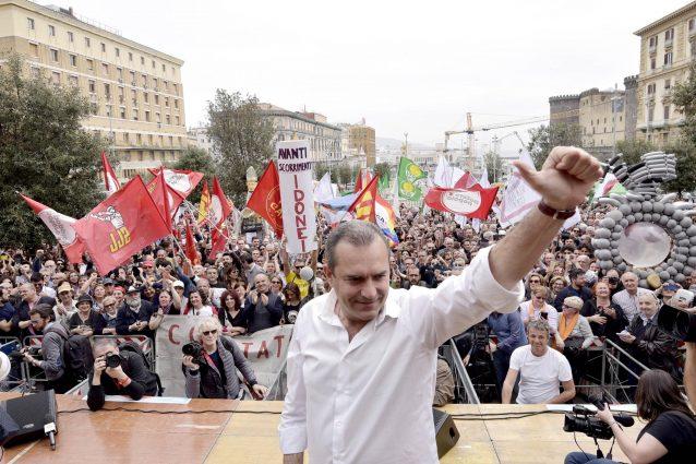 La manifestazione di De Magistris in piazza Municipio