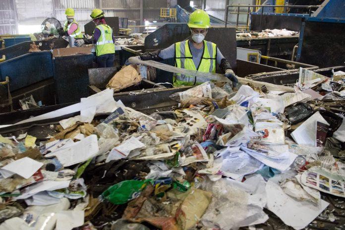 Selezione dei rifiuti in un impianto in Cina