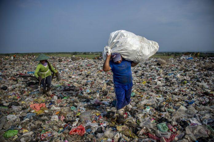 Una enorme discarica di rifiuti asiatica