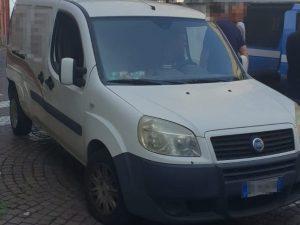 """Il furgoncino rubato su via Acton e con il quale è stata fatta """"irruzione"""" nella Caserma Nino Bixio [Foto/Fanpage.it]"""