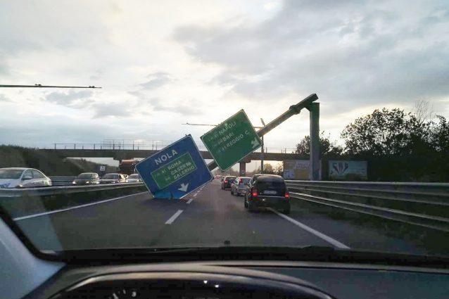 Il grosso cartellone autostradale caduto sulla statale Nola–Villa Literno