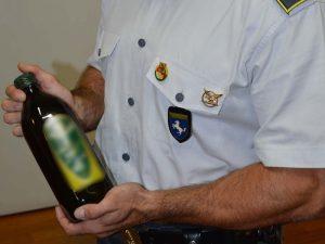 Una delle bottiglie d'olio extra–vergine adulterato sequestrate a Sarno dalla Guardia di Finanza.