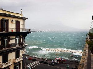 Il mare agitato nel Golfo di Napoli questa mattina, lunedì 29 ottobre.