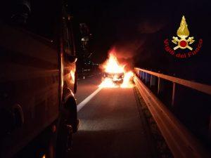 Incidente nella Galleria della Reggia nel Casertano, auto in fiamme: 30enne gravemente ustionato