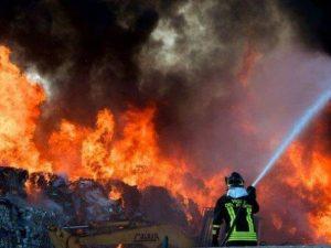L'incendio di rifiuti a Santa Maria Capua Vetere (Caserta)