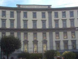 Napoli, scuola chiusa da due settimane per il maltempo: mamme in piazza, traffico in tilt