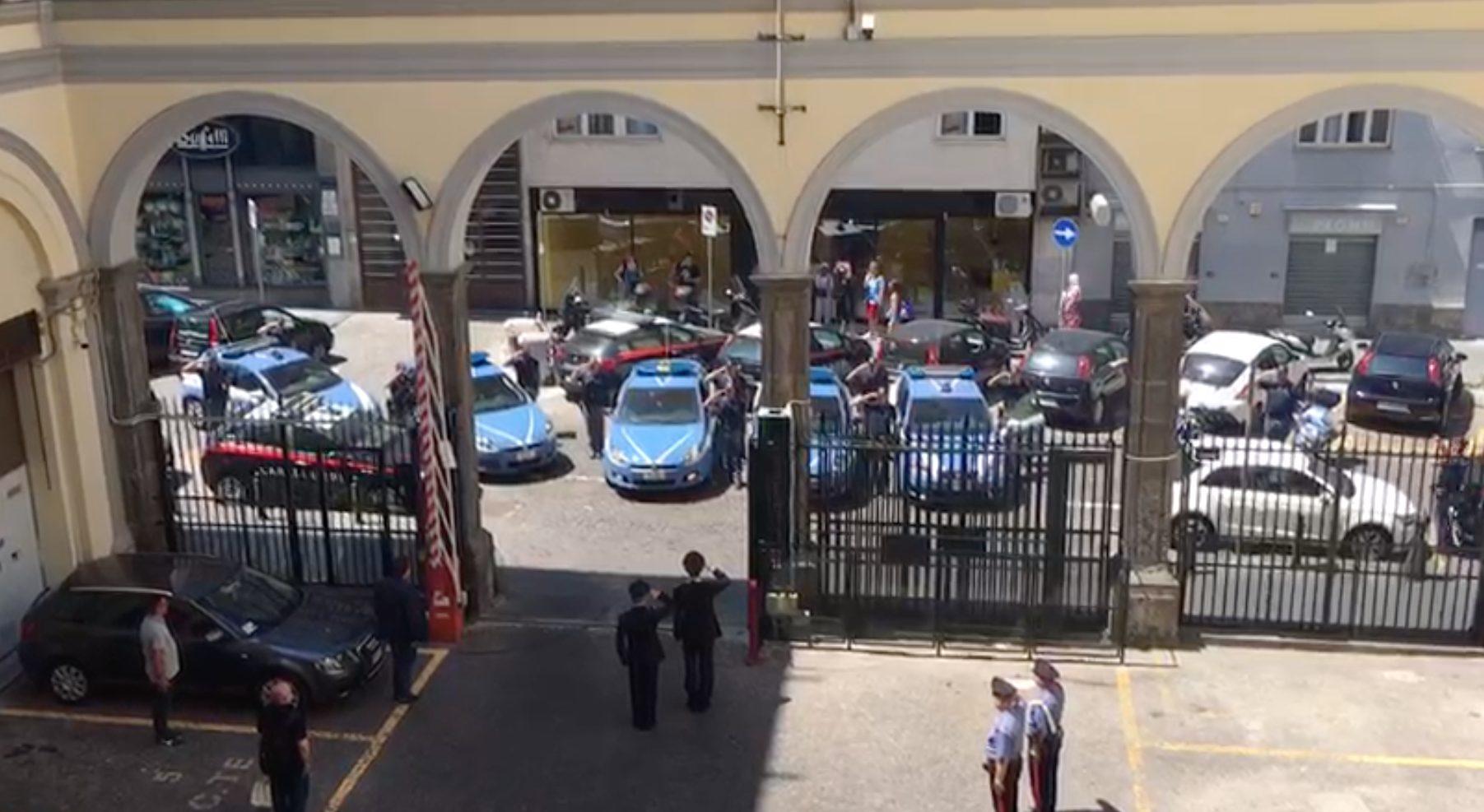 a sirene spiegate davanti al comando. l`omaggio della polizia al carabiniere ucciso. -video-