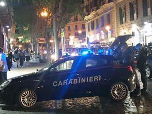 Napoli, fugge all'alt dei carabinieri e si schianta dopo ins