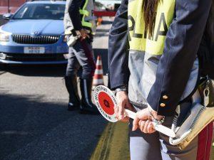 Salerno, forza il posto di blocco sull'autostrada e sperona